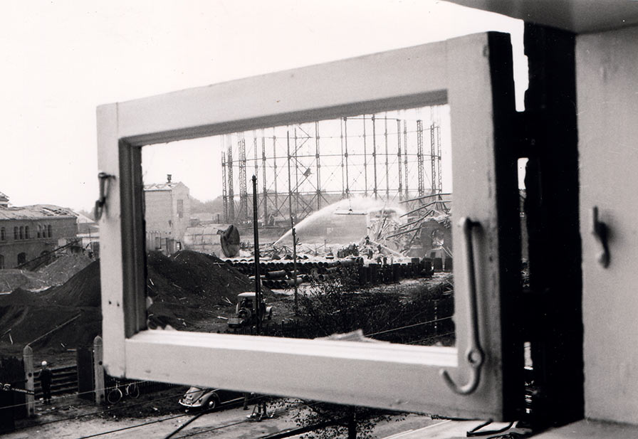 Et blik gennem et smadret vindue mod det raserede gasværk. Ukendt fotograf, 1964, Belysningsvæsnets arkiv, Københavns Stadsarkiv.