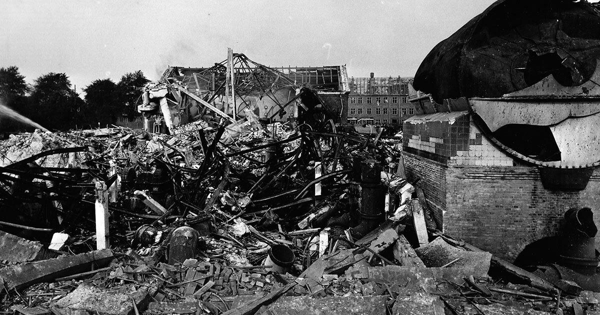 Gasværket lignede en krigszone efter eksplosionen. I baggrunden ses Vigerslev Allé. Ukendt fotograf, 1964, Belysningsvæsnets arkiv, Københavns Stadsarkiv.