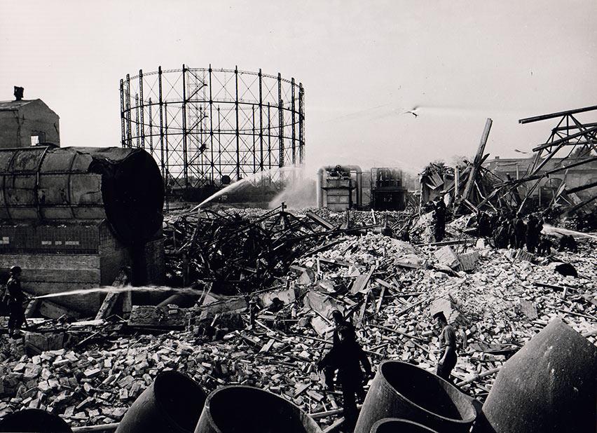 Efterslukningsarbejdet er i gang. Ukendt fotograf, 1964, Belysningsvæsnets arkiv, Københavns Stadsarkiv.