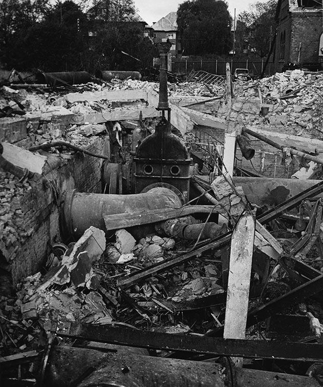 Den store ventil 604 står mere eller mindre intakt, mens målerhuset og store dele af gasværket ligger i ruiner. Ukendt fotograf, 1964, Belysningsvæsnets arkiv, Københavns Stadsarkiv.