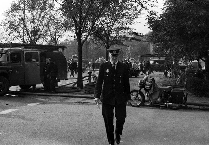 Kort tid efter eksplosionen var området i og uden for gasværket spækket med politi, brandfolk og forskellige frivillige hjælpearbejdere. Ukendt fotograf, 1964, Belysningsvæsnets arkiv, Københavns Stadsarkiv.