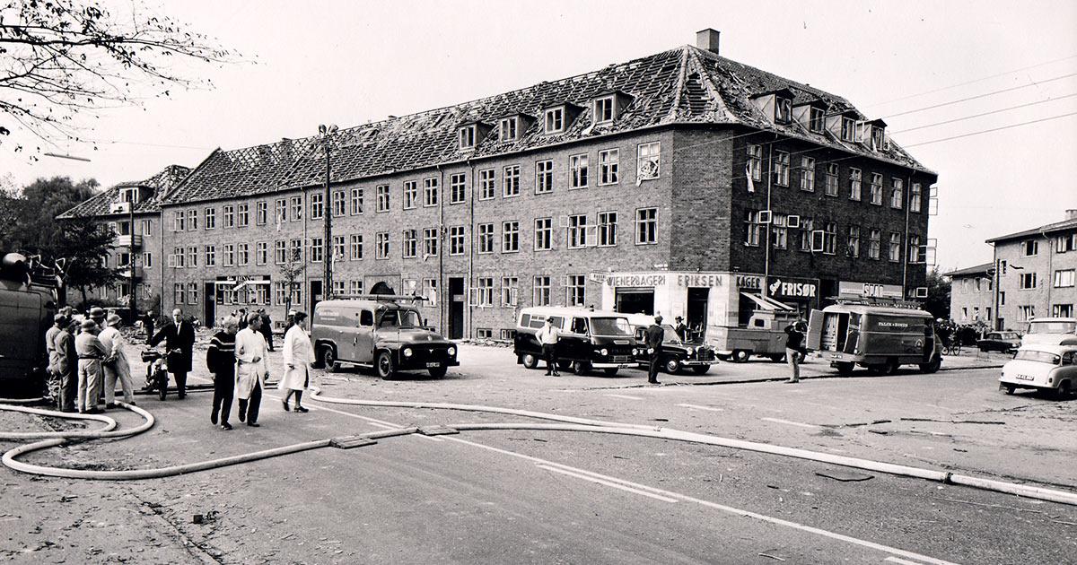 Vigerslev Allé 176 efter eksplosionen. Læg mærke til taget. Flere af beboerne blev ramt af tagsten, da de flygtede ud af huset. Foto: Ukendt fotograf, 1964, Belysningsvæsnets arkiv, Københavns Stadsarkiv.