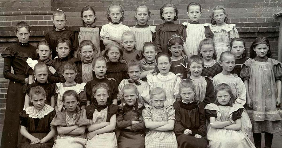 Oehlenschlægergade friskole, 4. klasse (svarer til 3. klasse), 1902. Friskoler var gratis i modsætning til betalingsskoler. Begge var en del af kommuneskolen. Foto: Ukendt fotograf, Københavns Stadsarkiv