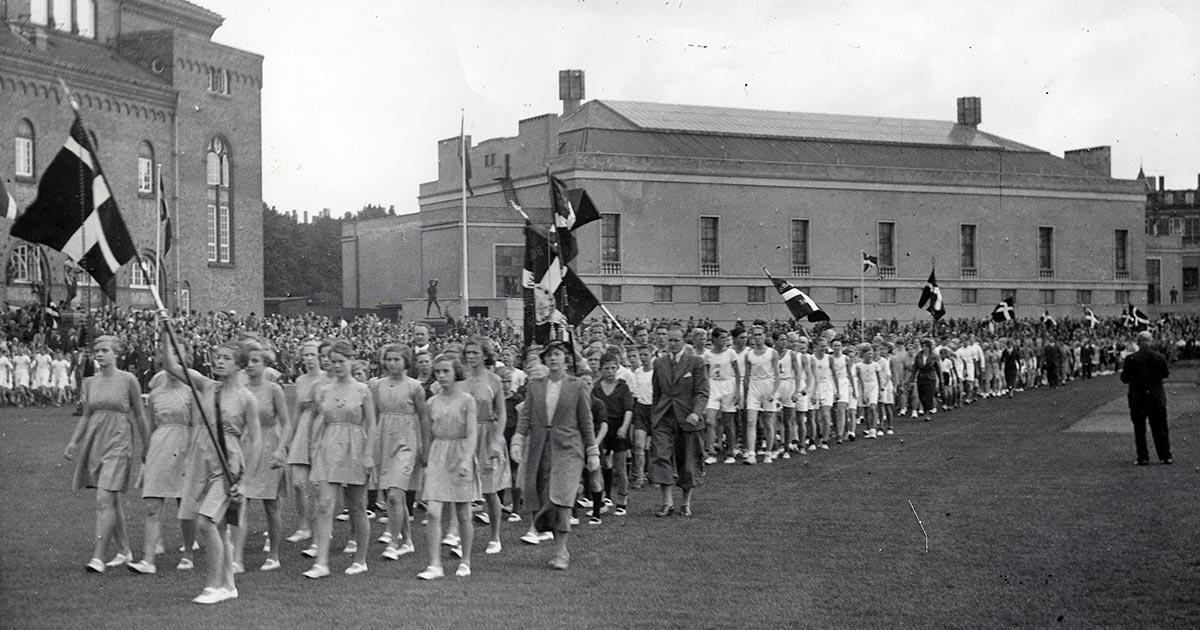Faginspektøren stod for at arrangere skolernes idrætsdag og fælles nordiske idrætsstævner. Her ses et idrætsstævne i 1928 i anledning af 100 året for skoleidrættens indførsel. Foto: Ukendt fotograf, Københavns Stadsarkiv