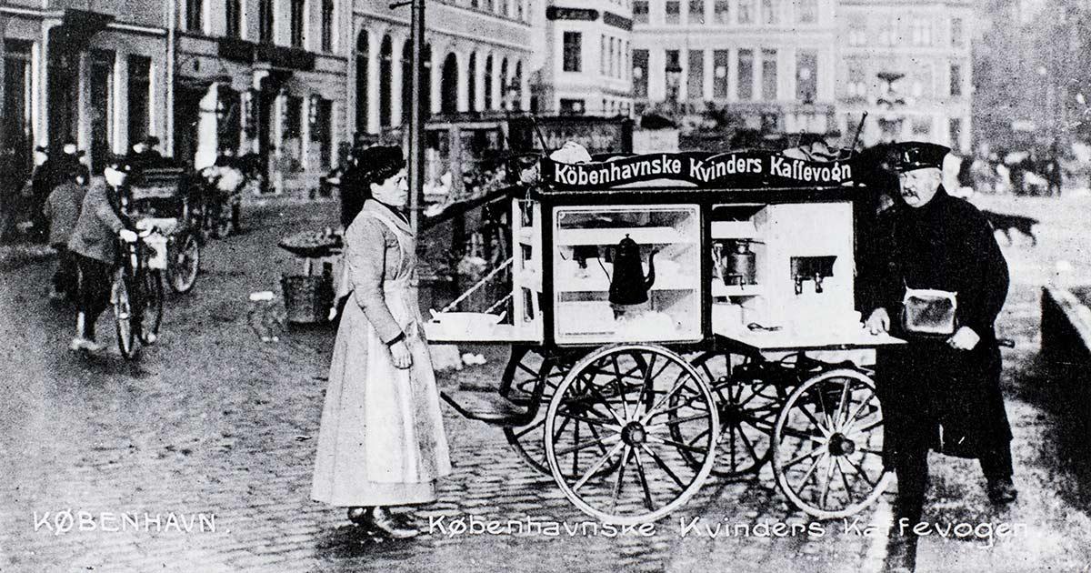 Postkort fra omkring 1920 med en tidligere udgave af kaffevognen. Københavns Museum