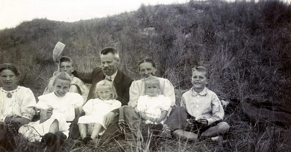 I modsætning til Stefan holdt Ingrid sommerferie med sin mor, far og søskende. Her ses familien i klitterne ved Søndervig. Foto fra Ingrid Agnete Muncks erindring, ukendt fotograf, Københavns Stadsarkiv