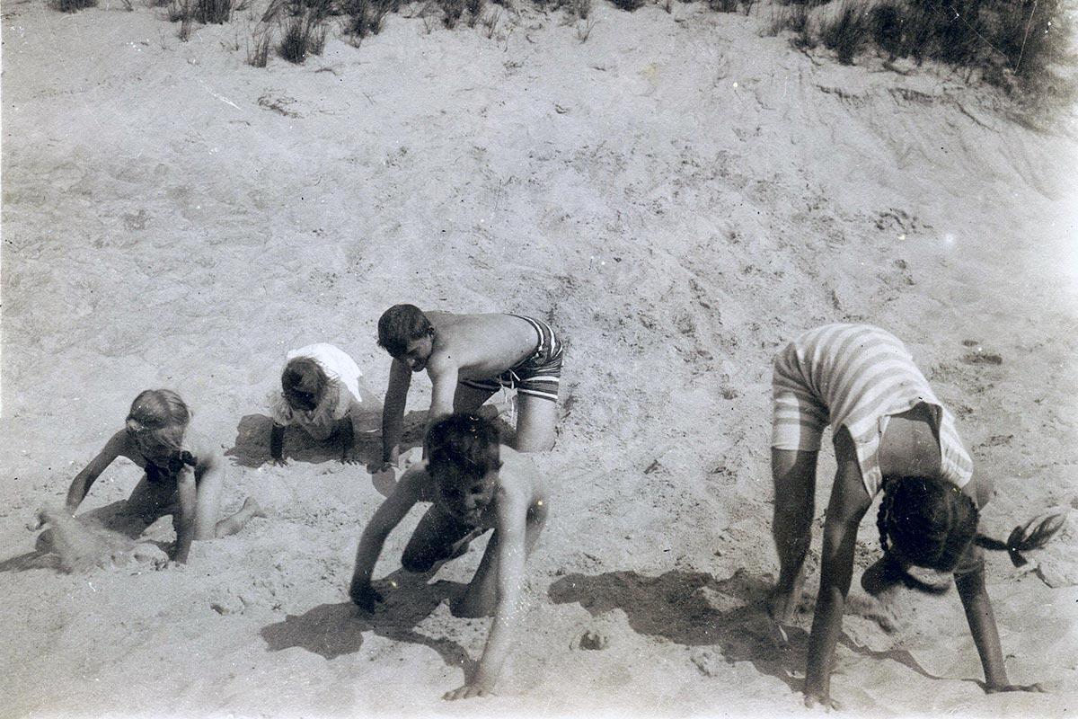 Ingrid og hendes søskende leger på stranden. Foto fra Ingrid Agnete Muncks erindring, ukendt fotograf, Københavns Stadsarkiv