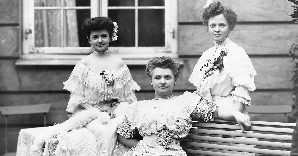 Var disse kvinder sundhed påvirket af deres stramt snørede korsetter? Blev deres fødsler vanskeligere? Man kan stille mange spørgsmål om sygdom og sundhed til data fra de indtastede begravelsesprotokoller. Foto: Kvinder foran Skydebaneselskabet på Vesterbrogade, 1906. Peter Elfelt, Københavns Museum