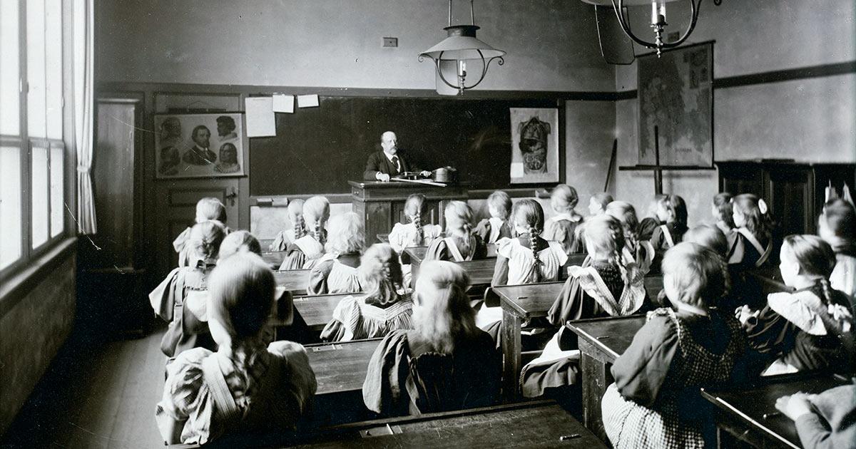 Vester Voldgades Skole, 1897. Emmys skolestue på Oehlenschlægersgades Skole har ikke været meget anderledes. Foto: Sophus Juncker-Jensen, Københavns Stadsarkiv