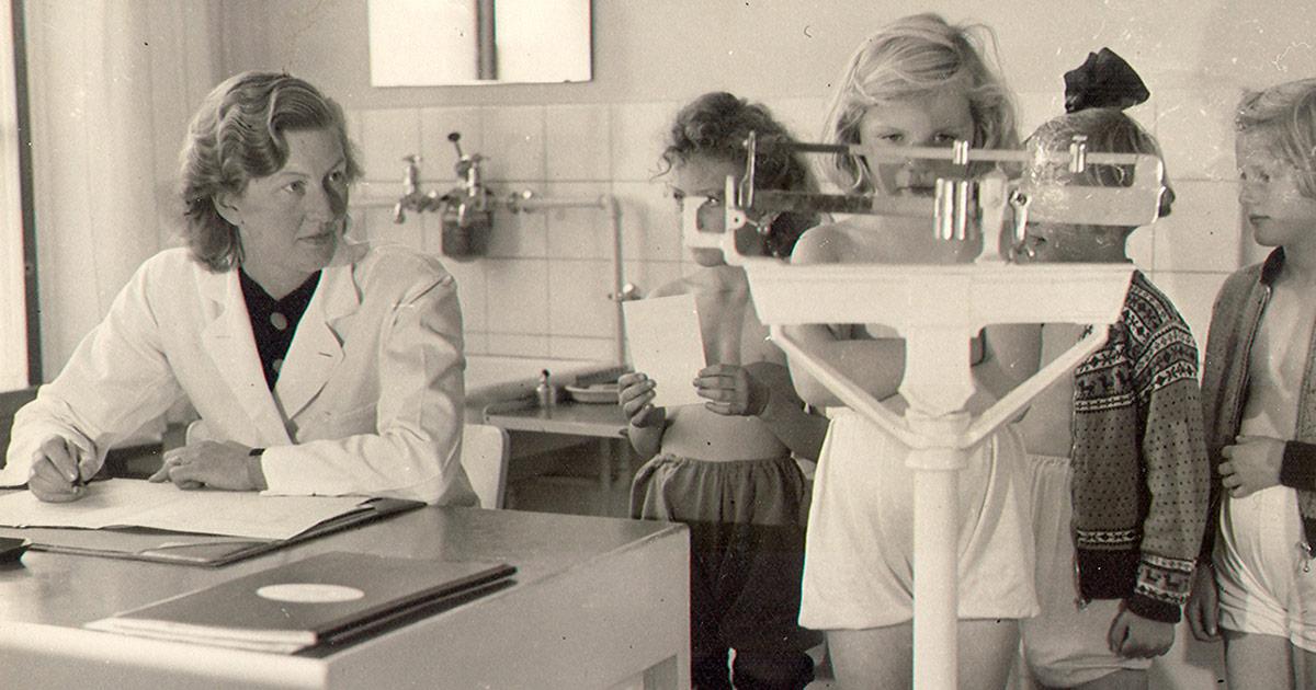 Hos skolelægen og blive vejet. Bellahøj Skole, 1952. Ukendt fotograf Københavns Stadsarkiv.