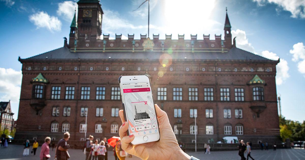 Lad mobilen give kbhbilleder.dk besked om hvor du står og se historiske billeder af præcis dette sted. Foto: Mads Neuhard, Københavns Stadsarkiv