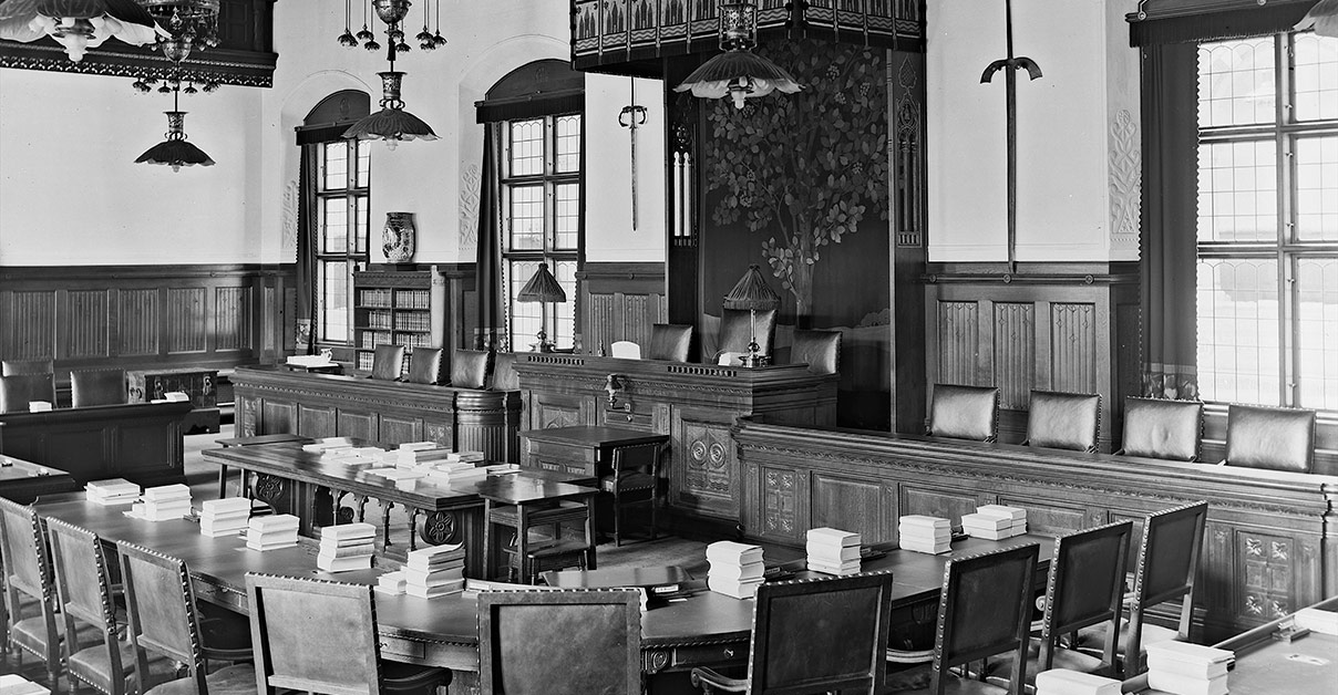 Der findes desværre ingen fotografier på Københavns Stadsarkiv af de første kvinder i Borgerrepræsentationen. Derfor dette billede af den tomme sal. 1914. Foto: Fotograf ukendt, Københavns Museum.