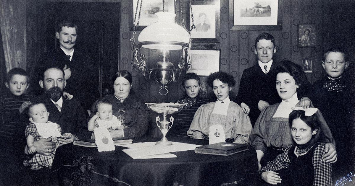 Ægtepar med deres børn fotograferet i deres lejlighed i anledning af sølvbryllup i 1909. Foto: Ukendt fotograf, Københavns Stadsarkiv