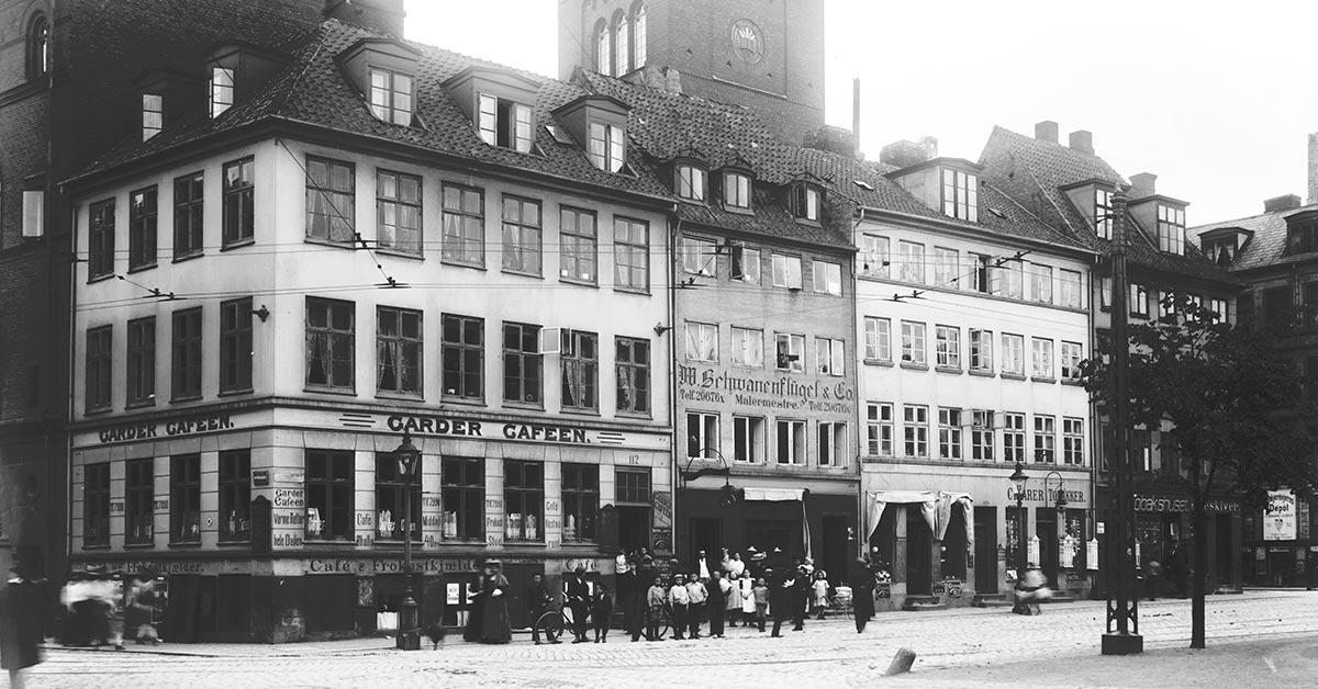Gardercafeen på hjørnet af Nørre Voldgade og Gothersgade, omkring 1900. Foto Johannes Hauerslev, Københavns Museum