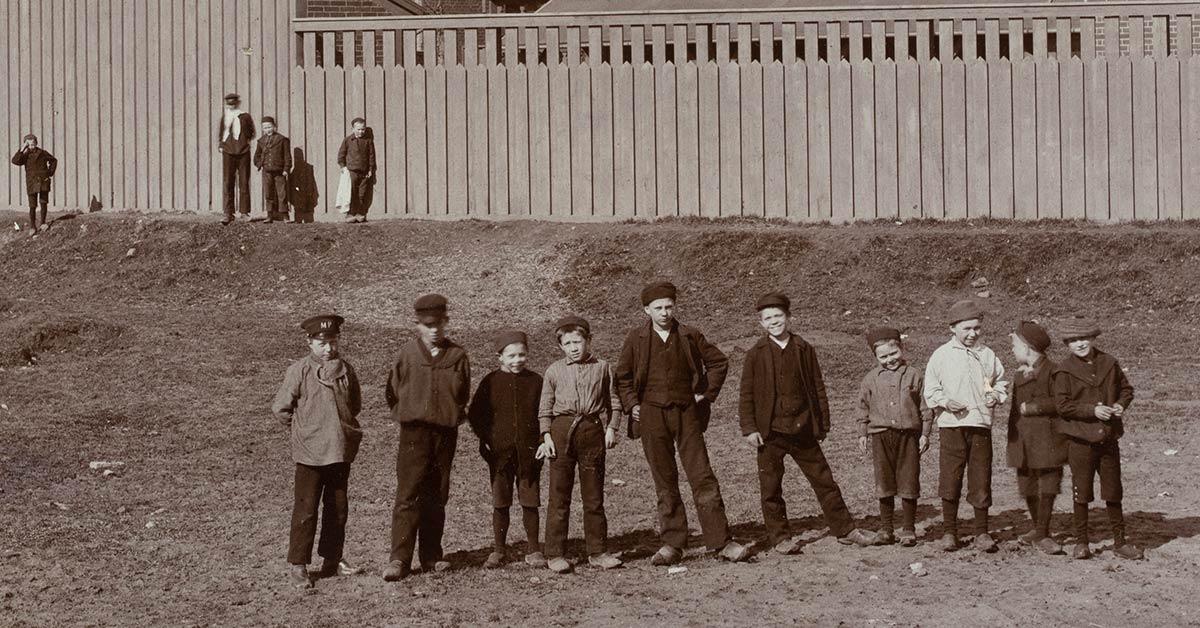 Børn foran Enghavevejens Skole, 1897. Foto: Sophus Juncker-Jensen, Københavns Stadsarkiv.