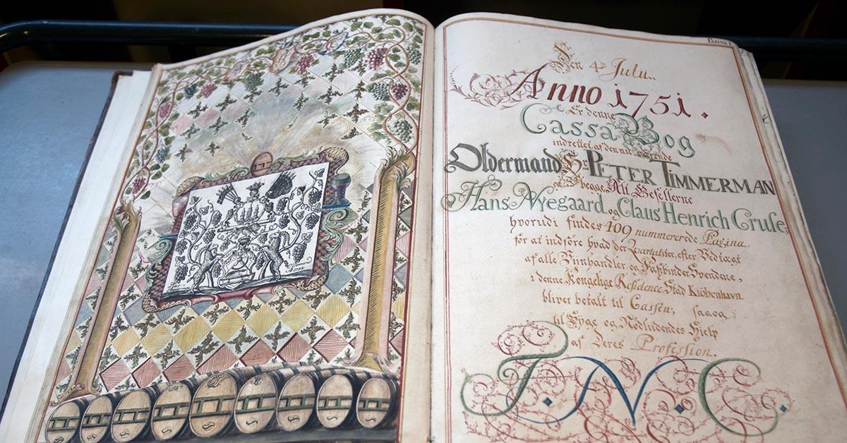 Vinhandlerlavet: Svendenes lavsprotokol fra 1751-1818 er usædvanligt flot dekoreret.