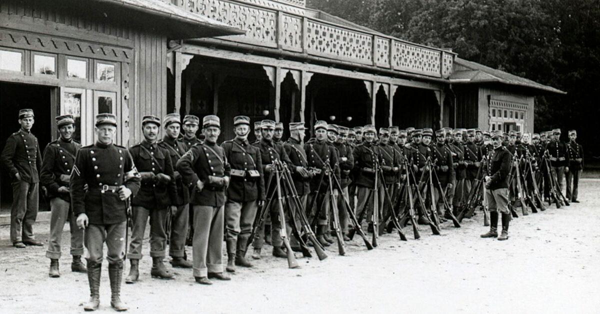 Sikringsstyrken blev indkaldt umiddelbart efter krigsudbruddet. Her ses indkaldte soldater foran Klampenborg badeanstalt. Foto: Københavns Museum