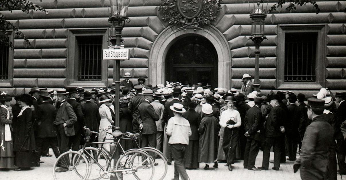 Krigstruslerne i 1914 resulterede i en sammenstimlen foran Nationalbanken af folk, der ville veksle pengesedler til guld. På måde kunne folk sikre deres - større eller mindre - formues værdi. Foto: Københavns Museum