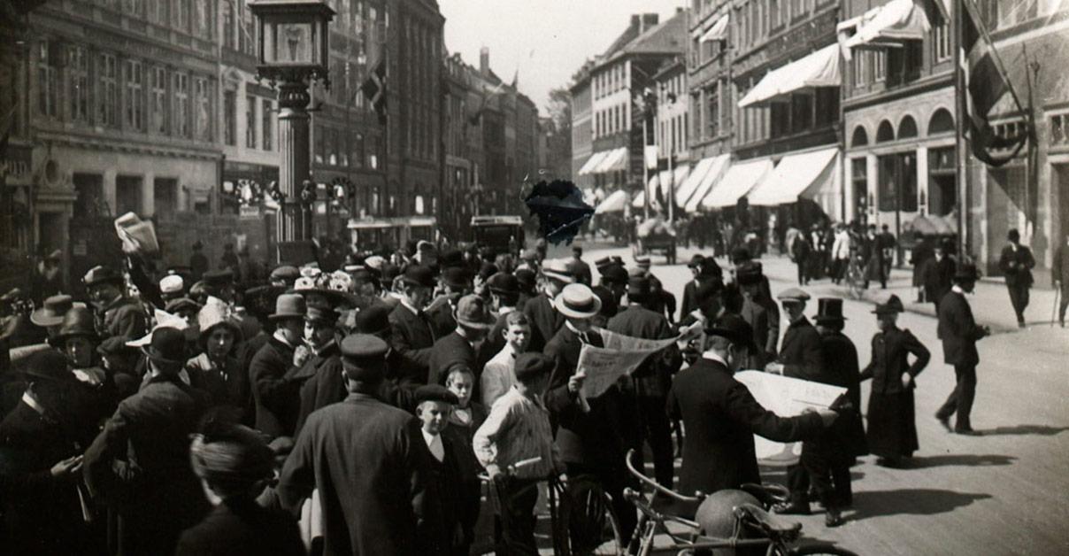 Københavnere læser aviser om krigsudbruddet på Amagertorv. Foto: Københavns Museum