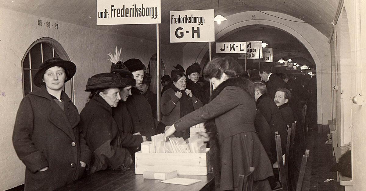Uddeling af sukkermærker på Rådhuset, januar 1917. Foto: Københavns Stadsarkiv