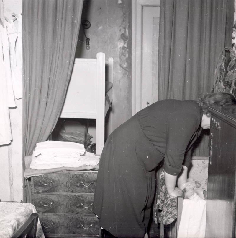 Pladsen var trang i de små to-værelses lejligheder og for de børnerige familier var det svært at få den til at slå til. 1953. Foto: Fotograf ukendt, Københavns Stadsarkiv