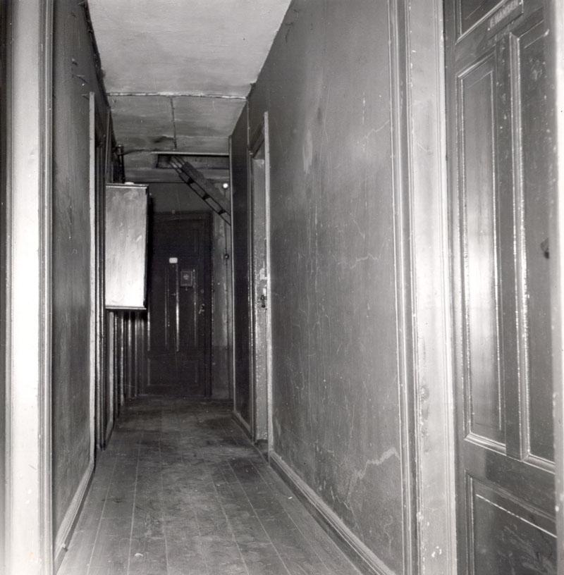 Korridor som den oprindelig har set ud med fri passage til begge trapper. 1953. Foto: Ukendt fotograf, Københavns Stadsarkiv