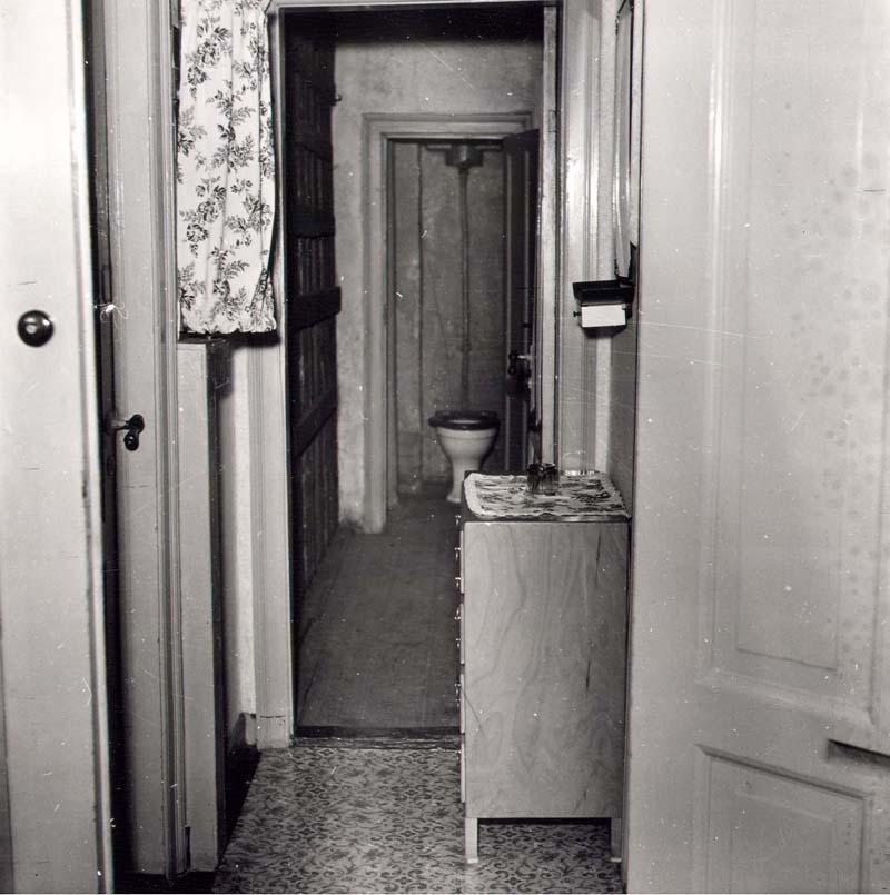 Mens de øvrige beboere i ejendommen fik deres eget toilet, måtte de fire familier i kvistetagen, ligesom her i Saxogade 25, deles om to fællestoiletter. 1953. Foto: Fotograf ukendt, Københavns Stadsarkiv