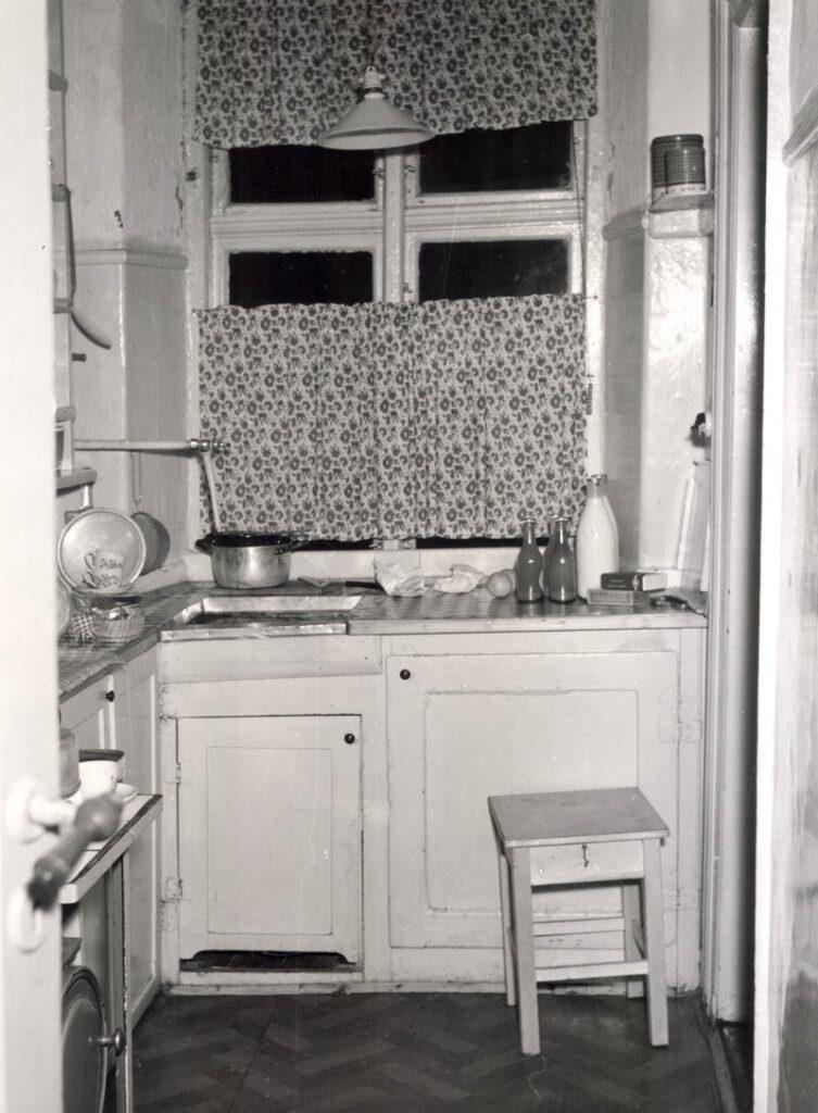 Endnu i 1953, hvor billedet er taget, var et køkken som dette fra mellemhuset typisk i de københavnske arbejderkvarter. Der var indlagt gas, men ikke varmt vand. Foto: Fotograf ukendt, Københavns Stadsarkiv