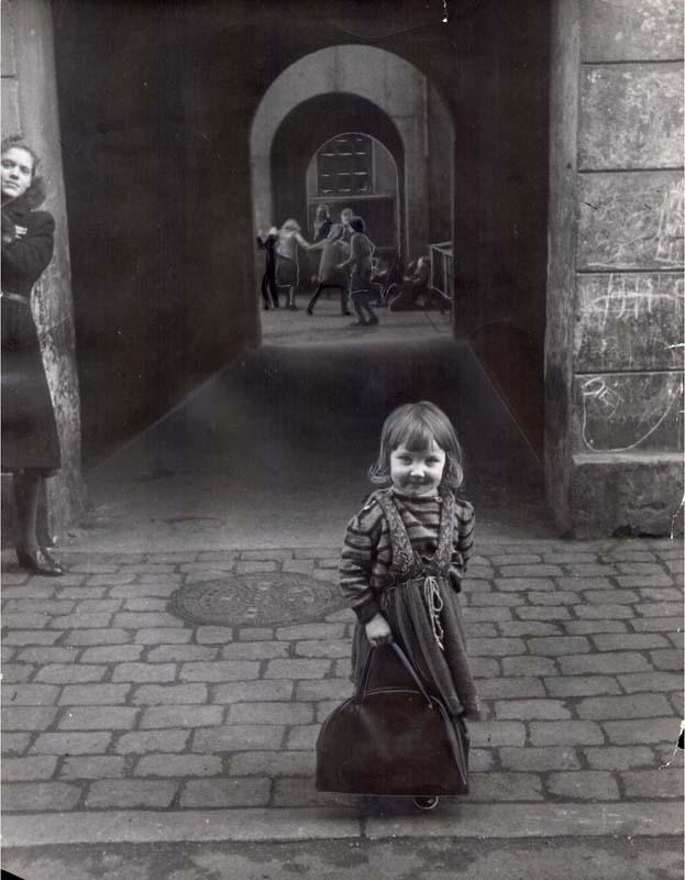 De overfyldte lejligheder gjorde, at det var i baggårdene og på gaden, børnene legede. Da trafikken tog til, blev det baggårdene, der var børnenes foretrukne legeplads. 1952. Foto: A. E. Andersen, Københavns Stadsarkiv
