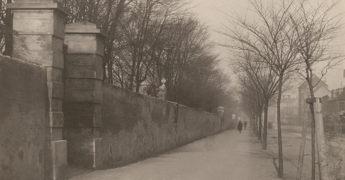 Muren indtil Assistens Kirkegård ved Nørrebrogade. Billedet er fra 1885.
