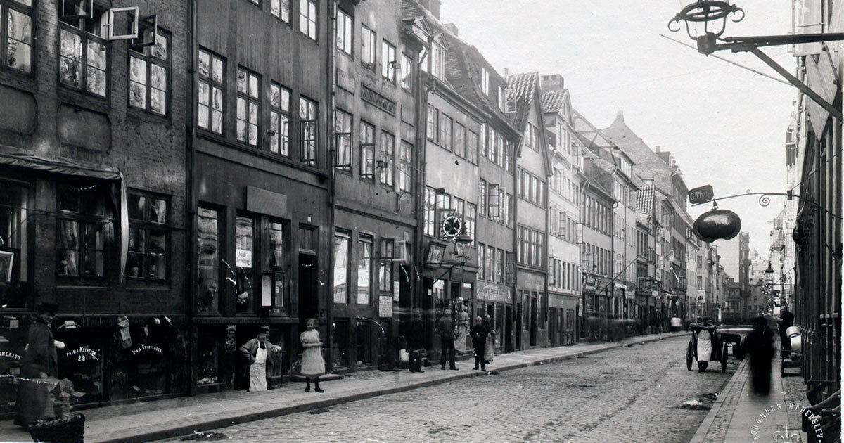 Butikker og gadeliv i Borgergade, 1905: Foto: Johannes Hauerslev, Københavns Museum