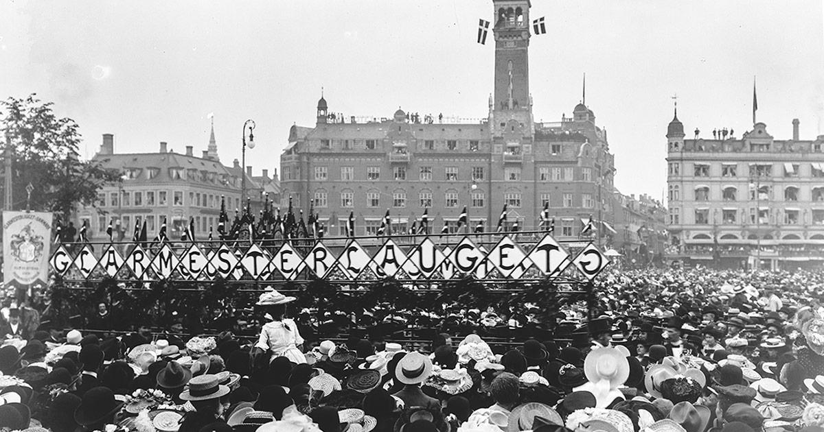 Håndværkernes fest 1904. 51 forskellige håndværkerlav gik parade gennem byen. Her ses Glarmesterlavet på Rådhuspladsen. Foto: Frederik Riise, Københavns Museum