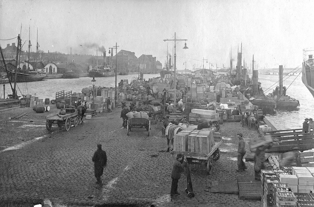 Kvæsthusbroen, 1918.I dag plads ved Skuespilhuset. Kvæsthusbroen er tæt knyttet til DFDS' store trafik med gods og passagerer til og fra provinsen. Passagertrafikken til Århus og Ålborg stoppede i 1970 og i årene derefter forvandt de sidste fragtruter. Foto: Københavns Stadsarkiv.