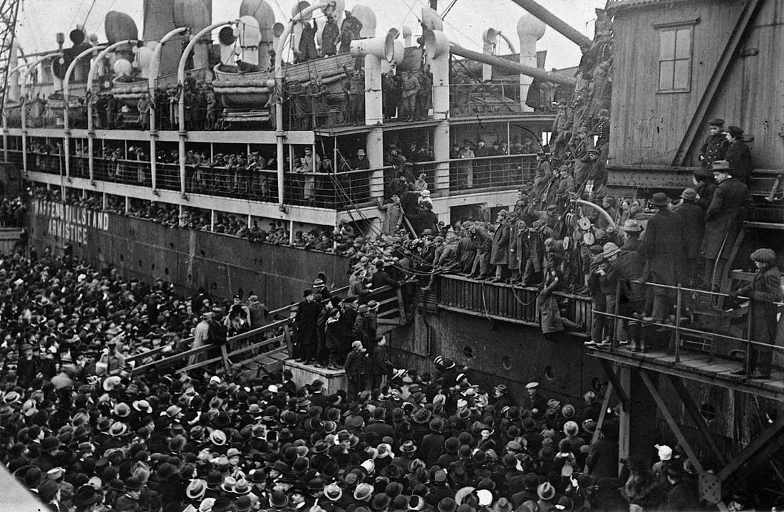 """Den 11. november 1918 var den store krig slut og København ændrede karakter. Den blev en slags udvekslingssted for krigsfanger, der dukkede op i store mængder ivrigt jagtet af de såkaldte 'Langeliniepiger',"""" som det hedder i en københavnererindring. Billeder viser, hvordan en stor folkemængde fulgte italienske soldater på vej hjem i 1919. Foto: Københavns Stadsarkiv"""