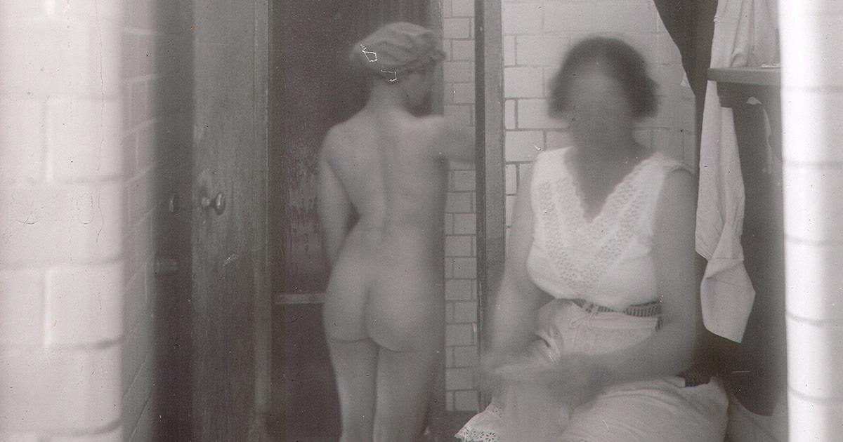 Rummene i brusebadsafdelingen var særdeles små. Her på kvindeafdelingen i Sjællandsgade-badet i 1920. Foto: Ukendt fotograf, Københavns Stadsarkiv