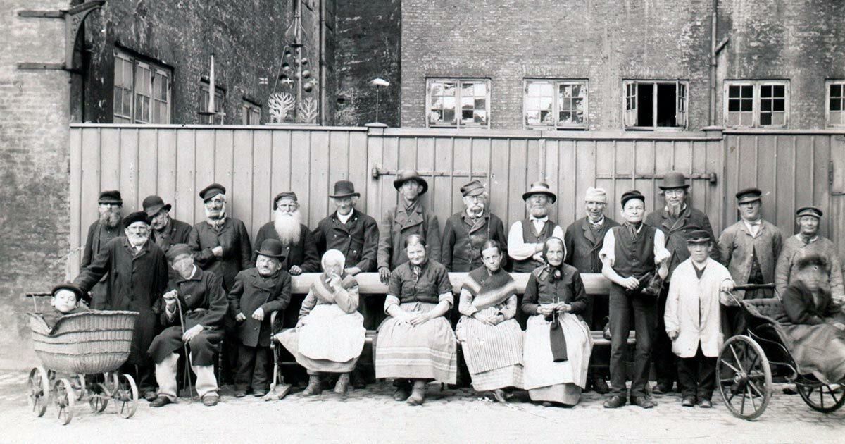 Fattiglemmer fra Almindelig Hospital opstillet i hospitalets gård 1890. Foto: Ukendt fotograf, Københavns Museum