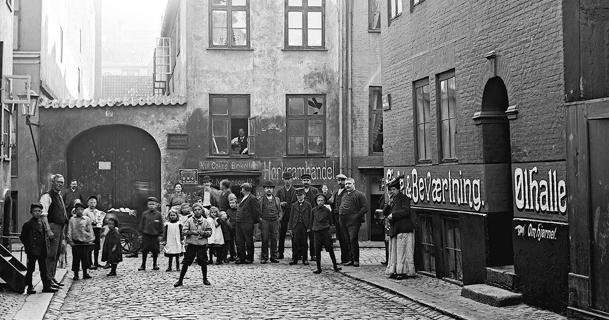 Mennesker samlet foran beværtning i Lille Brøndstræde 12, 1908. Foto: Ernst Nyrop Larsen, Københavns Museum