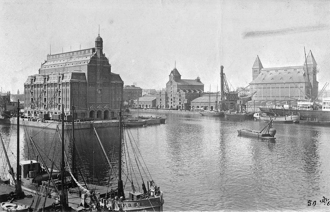 Søndre Frihavn, 1908, set fra Langelinie Til venstre ses på Midtermolen silopakhuset, som var et vartegn for havnen af tegnet af Vilhelm Dahlerup, men brændte i 1968. Foto: Københavns Stadsarkiv.