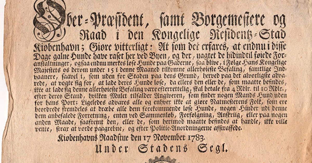 """En rådstueplakat, der offentliggør en kongelig bestemmelse vedr. byens """"galne Hunde"""" fra 1783. Foto: Københavns Stadsarkiv."""