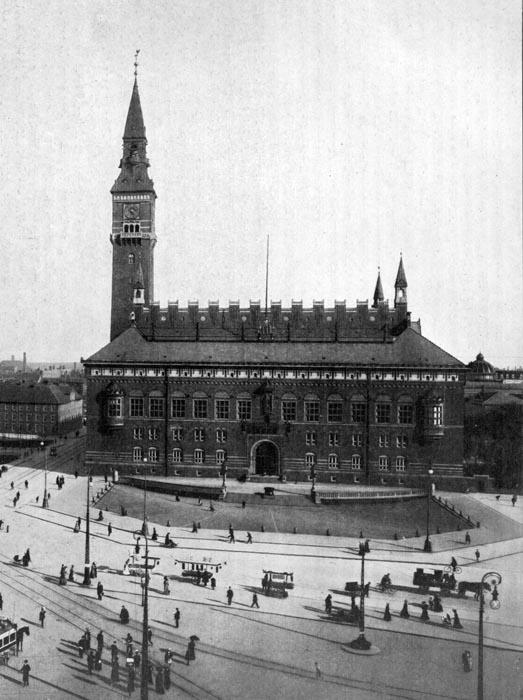 Det nye rådhustårn knejser over byen. Illustration: København før og nu, 1922-23.