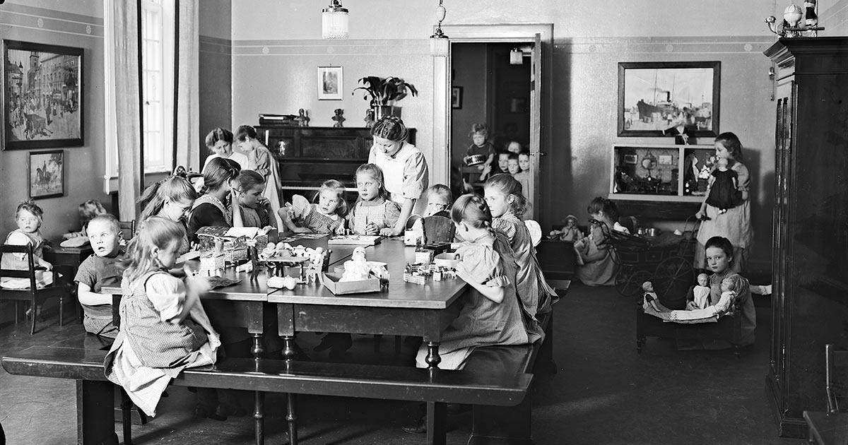 Børn på legestue på Sankt Johannes Stiftelsen, 1913. Foto: Ukendt fotograf, Københavns Museum