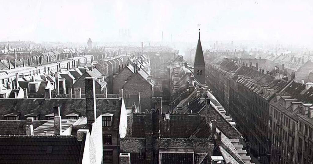 Den tætbebyggede Saxogadekarré. Det er Saxogade til højre i billedet og Apostelkirkens tårn, der rager op over ejendommene. 1953. Foto: Fotograf ukendt, Københavns Stadsarkiv