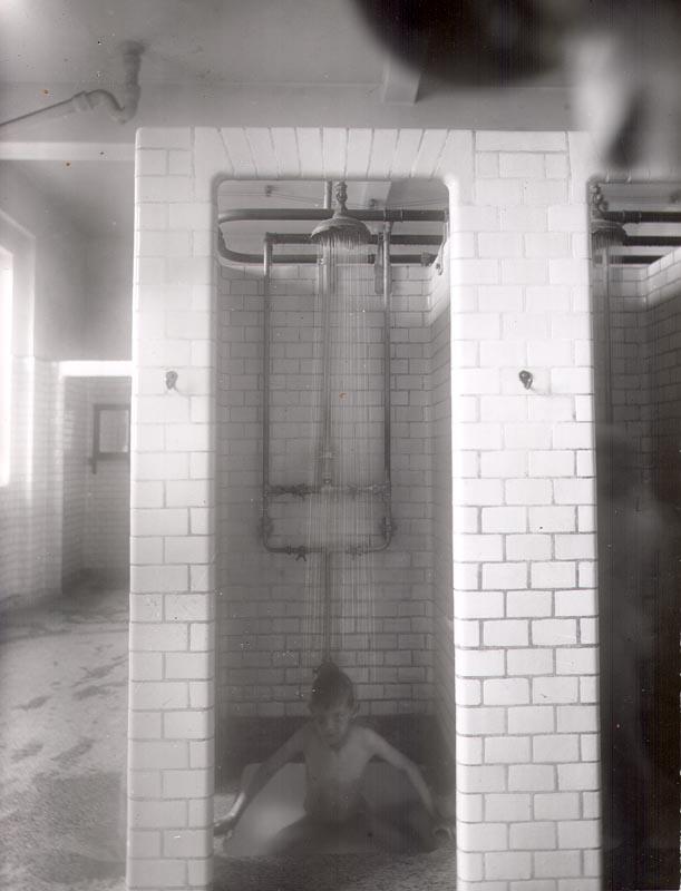 Dreng i brusebad på mandeafdeling, Sjællandsgade. 1922. Foto: Fotograf ukendt,  Københavns Stadsarkiv