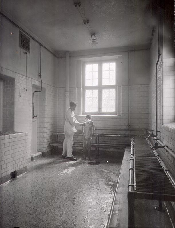 Kroppen skulle skures og skrubbes, inden der var adgang til dampbadeafdelingen. Her er det afdelingen for mænd, Sjællandsgadebadet. 1920. Foto: Fotograf ukendt, Københavns Stadsarkiv