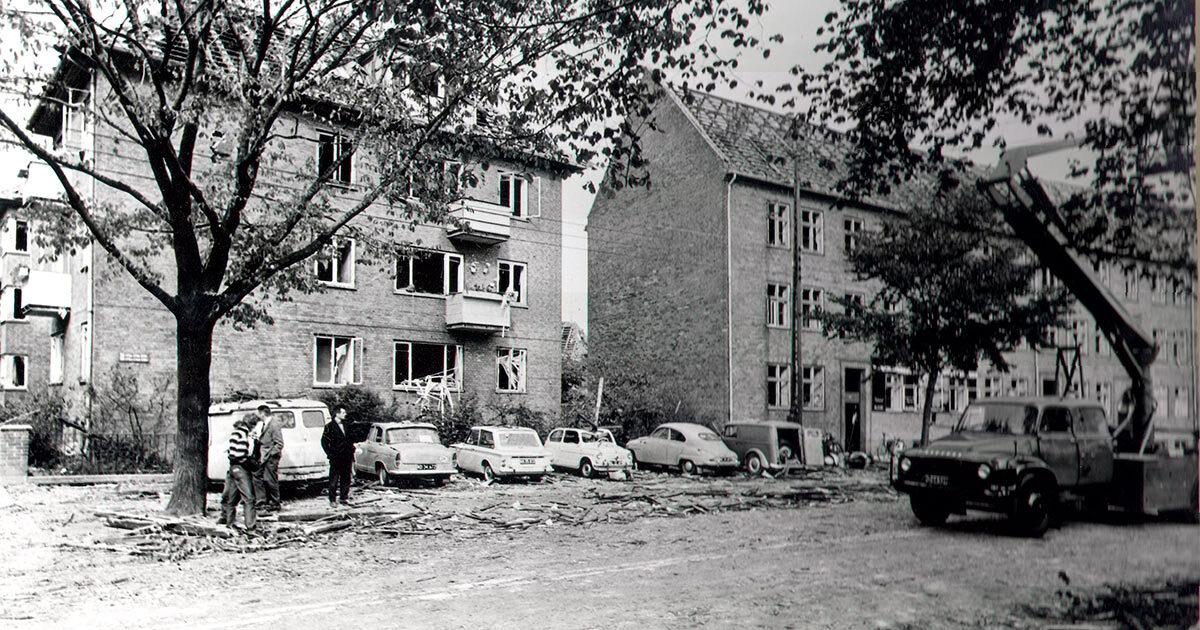 Beboere var rystede over de store skader efter den store gasværkseksplosion. Ukendt fotograf, Belysningsvæsnets arkiv, 1964, Københavns Stadsarkiv.