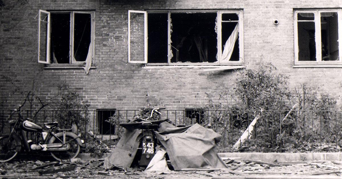 Mange husker den kraftige eksplosion, der forårsagede voldsomme skader på et stort antal ejendomme uden for Gasværksområdet. Her ses en facade i boligområdet op til gasværket. Ukendt fotograf, 1964, Belysningsvæsnets arkiv, Københavns Stadsarkiv.