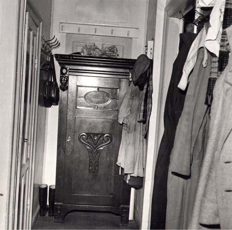Passagen i korridoren er her blokeret af et skab foran den dør, der er anbragt på tværs af korridoren og korridoren er inddraget som en del af lejligheden. Billedet er fra Saxogade 25 i 1953. Foto: Fotograf ukendt, Københavns Stadsarkiv