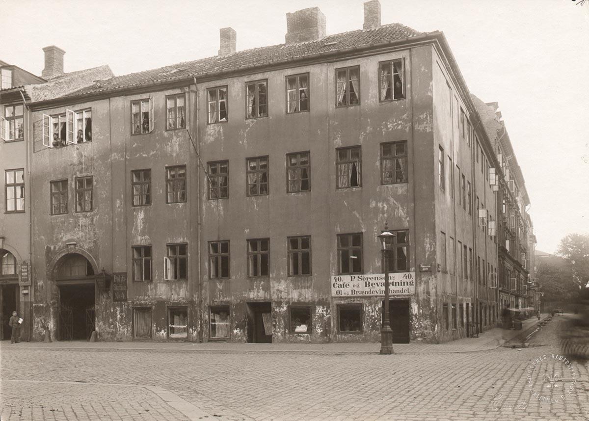 Hjørnet af Prinsessegade og Sankt Annæ Gade. Foto 1898: Johannes Hauerslev, Københavns Museum.
