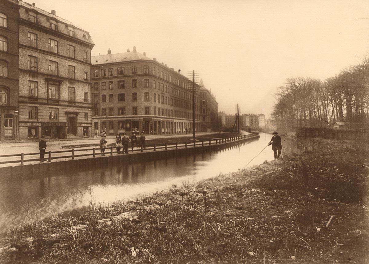 Ågade på stykket mellem Falkoner Allé og Åboulevard. Foto 1910: Ukendt fotograf, Københavns Museum.