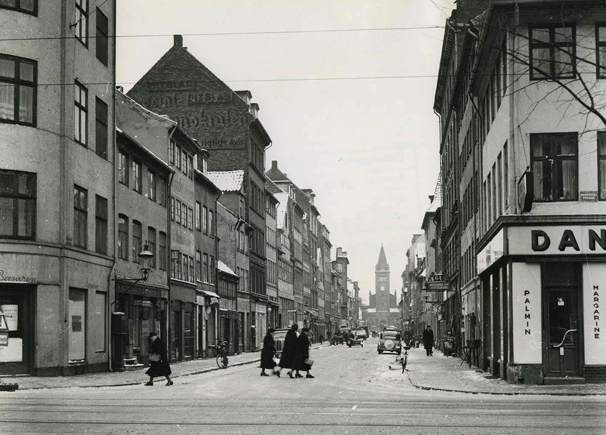 Adelgade set fra Dronningens Tværgade. Foto 1954: Ukendt fotograf, Boligkommissionens billedarkiv, Københavns Stadsarkiv.